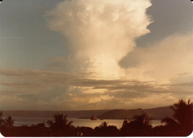 01 - Cloud_formation_over_Simpson_Harbour